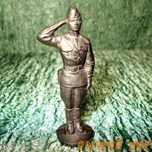 Офицер отдающий честь