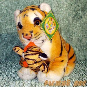 Тигрёнок с игрушкой 25 см